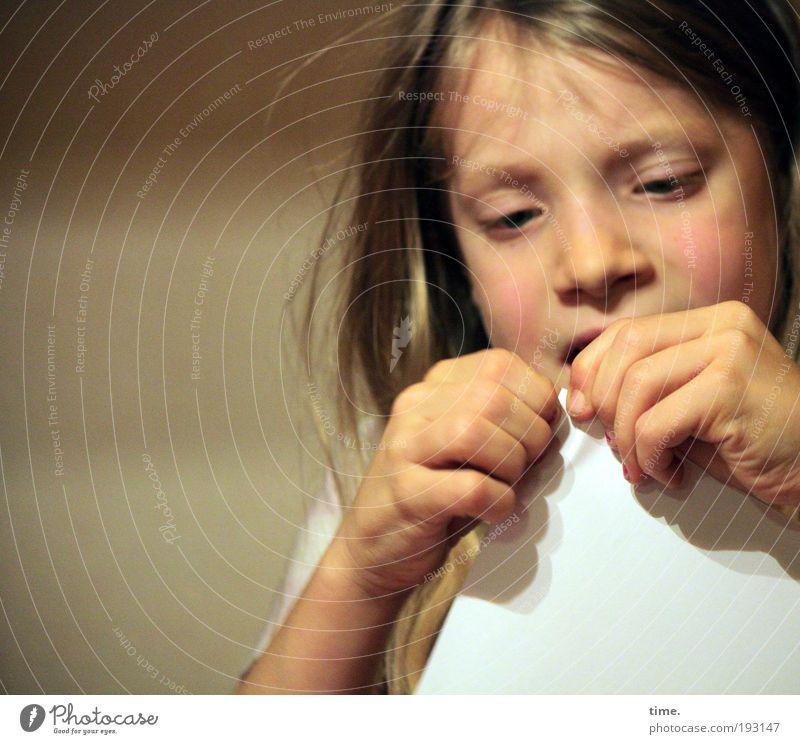 Die Herausforderung Hand Mädchen Auge Haare & Frisuren Papier Konzentration bauen Kind ziehen Basteln Zerreißen zielstrebig Porträt energiegeladen