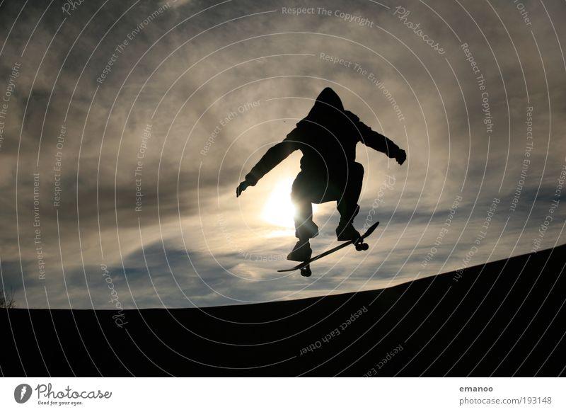 rollenspringer Mensch Jugendliche Himmel Sonne Sommer Freude schwarz Sport springen Bewegung Freiheit Erwachsene Arme Lifestyle Coolness Schwimmbad