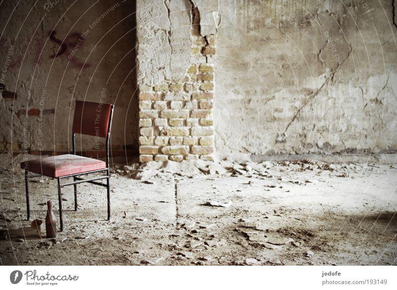 FreiRaum alt weiß rot ruhig Einsamkeit kalt Wand Tod Stein Mauer Gebäude Sand Graffiti gehen leer Trauer