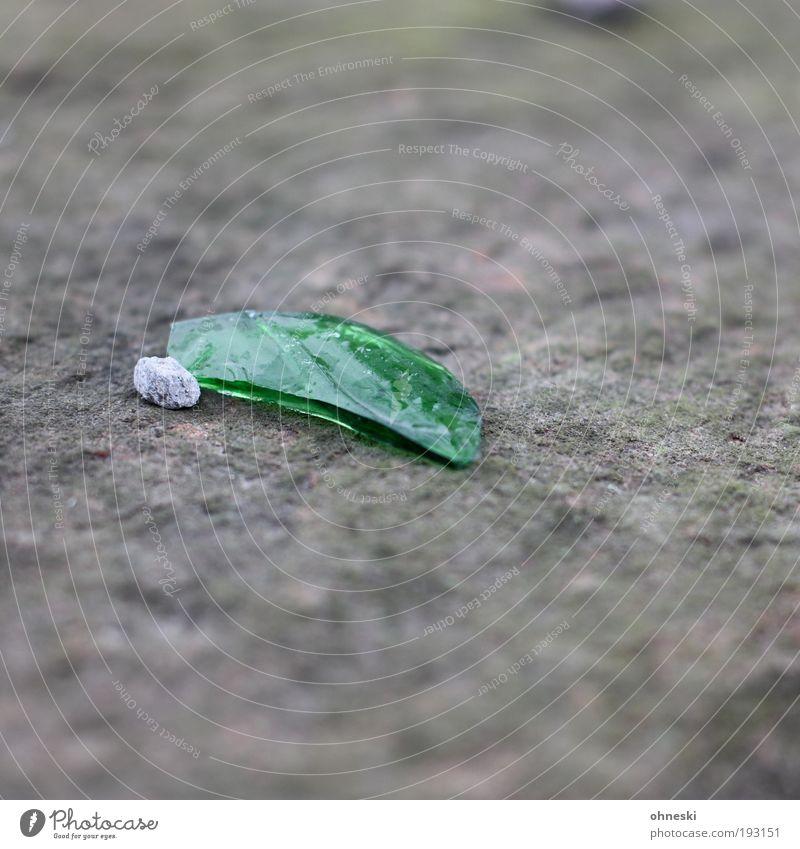 Ton, Stein, Scherbe Mauer Wand Kieselsteine Beton Glas grün Hoffnung Einsamkeit Farbfoto Außenaufnahme Detailaufnahme Textfreiraum oben Textfreiraum unten Tag