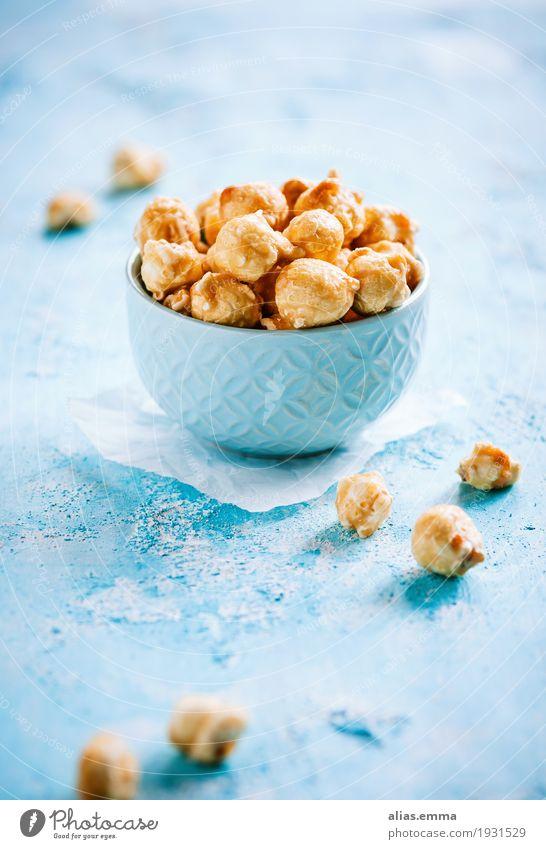 Salted caramel popcorn Popkorn Karamell Salz salzig Süßwaren Mais Knabbereien knusprig Gesunde Ernährung Speise Essen Foodfotografie Zucker blau gelb süß