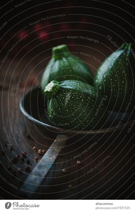 Zucchini Gemüse dunkel Stillleben Lebensmittel Gesunde Ernährung Speise Foodfotografie grün moody Küche Essen zubereiten Vitamin Tag rustikal Holz rund Kürbis