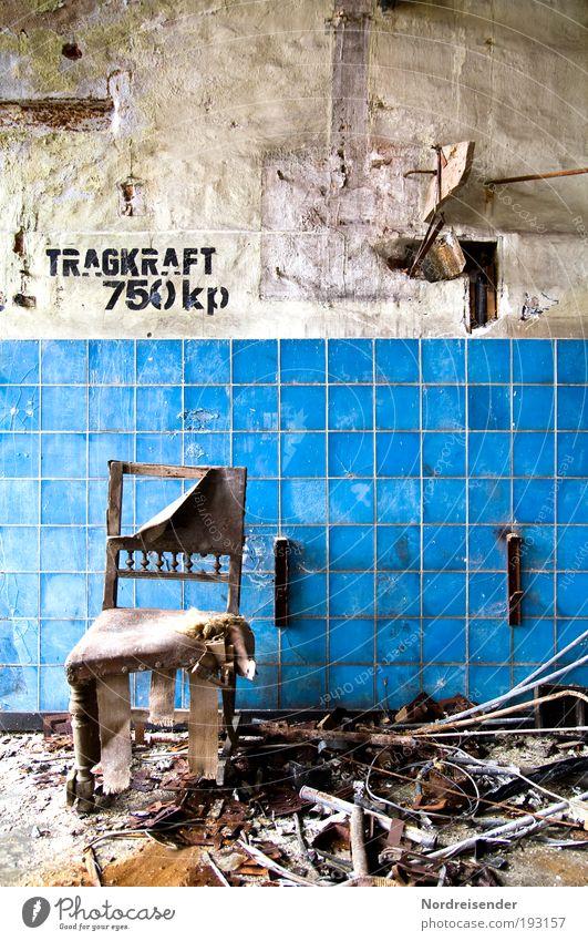 Norm nach DIN nicht erfüllt alt Arbeit & Erwerbstätigkeit Wand Mauer dreckig elegant Lifestyle Industrie Fabrik Stuhl Schriftzeichen Dekoration & Verzierung