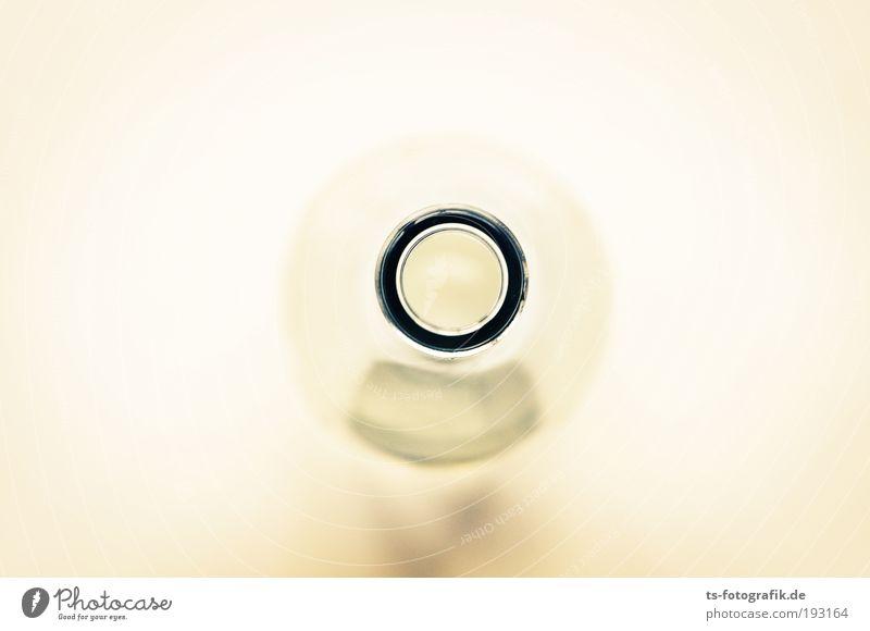 HAL 2010 Wasser Einsamkeit schwarz gelb Feste & Feiern gold Glas leer Kreis rund Zeichen trinken Bar Flasche Alkohol Scham
