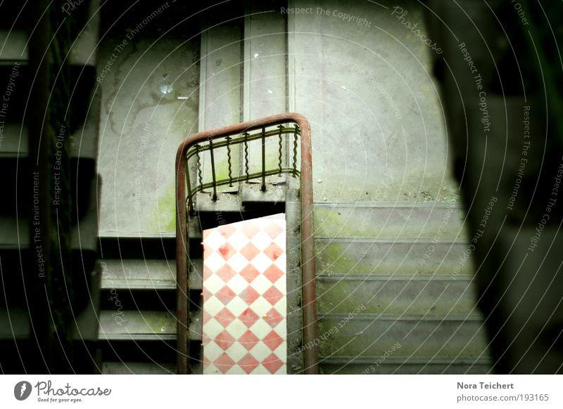 Ausweg! Menschenleer Haus Bauwerk Gebäude Architektur Treppe Fassade Holz Muster Boden Geländer alt träumen Sorge Einsamkeit Angst gefährlich chaotisch Mut