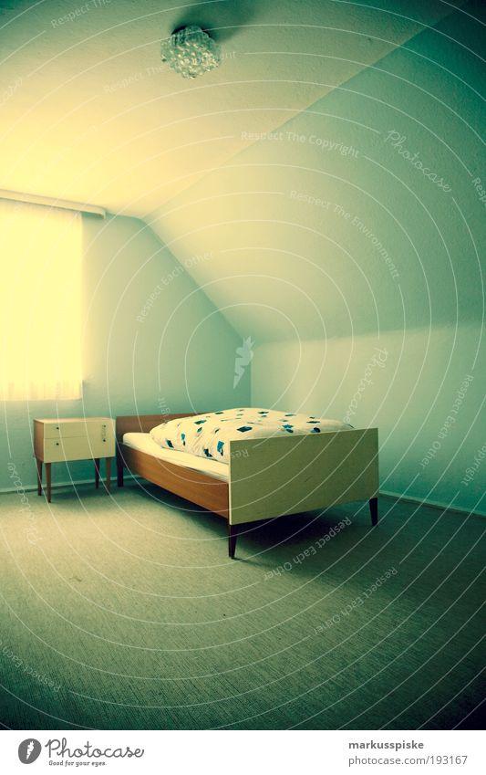 retro schlafzimmer blau Stil träumen elegant Innenarchitektur Design Lifestyle Zukunft Häusliches Leben retro Dekoration & Verzierung Bett Vergänglichkeit Kitsch Vergangenheit Möbel