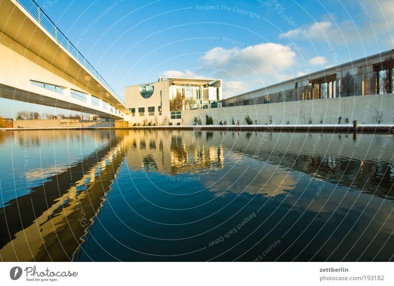 Bundeskanzlerinnenamtin Himmel Wasser Winter Architektur Berlin nachdenklich modern Perspektive Beton Brücke Steg Hauptstadt Wasseroberfläche Politik & Staat Kanal Regierung
