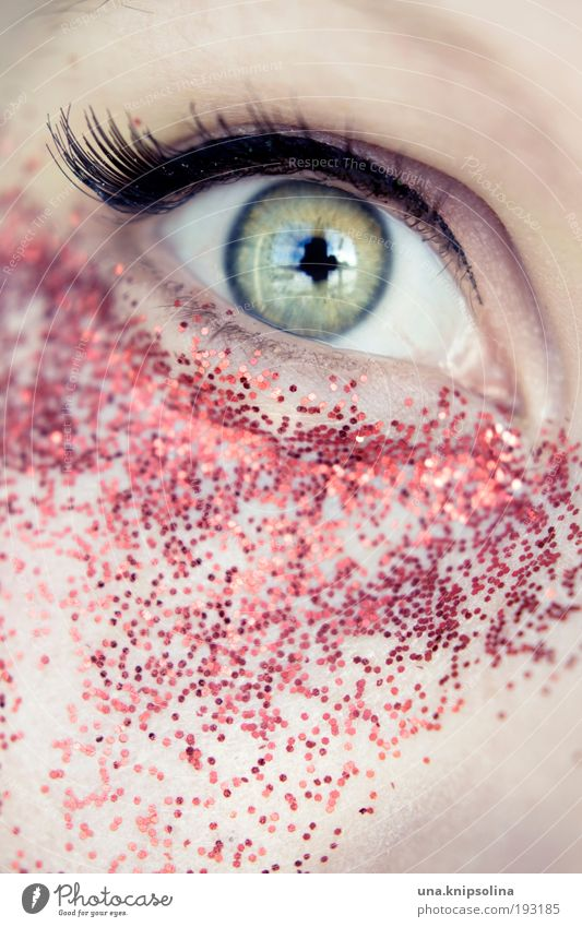glitter Mensch grün rot Auge feminin Feste & Feiern glänzend einzigartig Kosmetik Schminke Blick Allergie Nachtleben Wimperntusche ausgehen Makroaufnahme