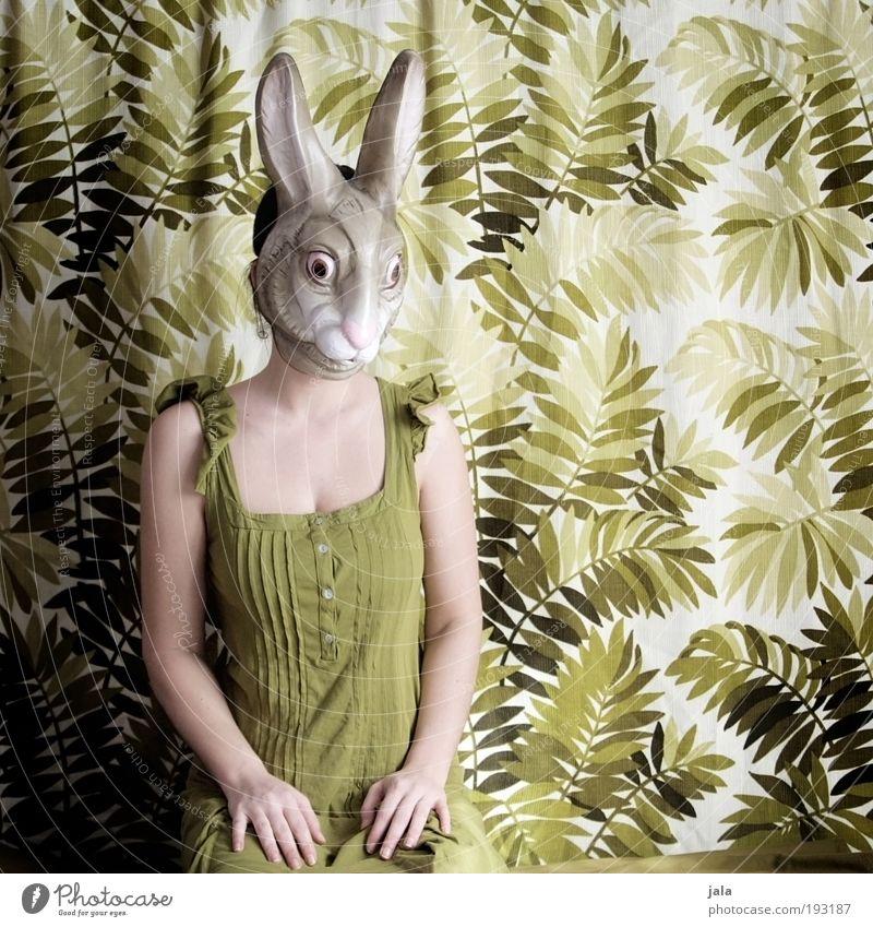 Apatisches Rumhocken Mensch feminin Frau Erwachsene sitzen grün Hase & Kaninchen Maske Ostern Karnevalskostüm Farbfoto Innenaufnahme Tag Porträt Oberkörper
