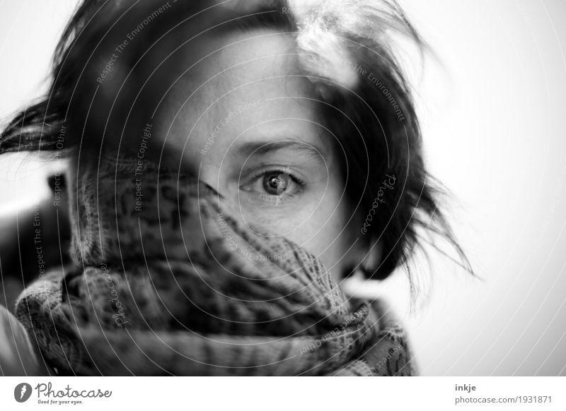 Erkältung Krankheit Frau Erwachsene Leben Haare & Frisuren Gesicht 1 Mensch 30-45 Jahre 45-60 Jahre Schal Tuch Blick authentisch kuschlig Gefühle Langeweile