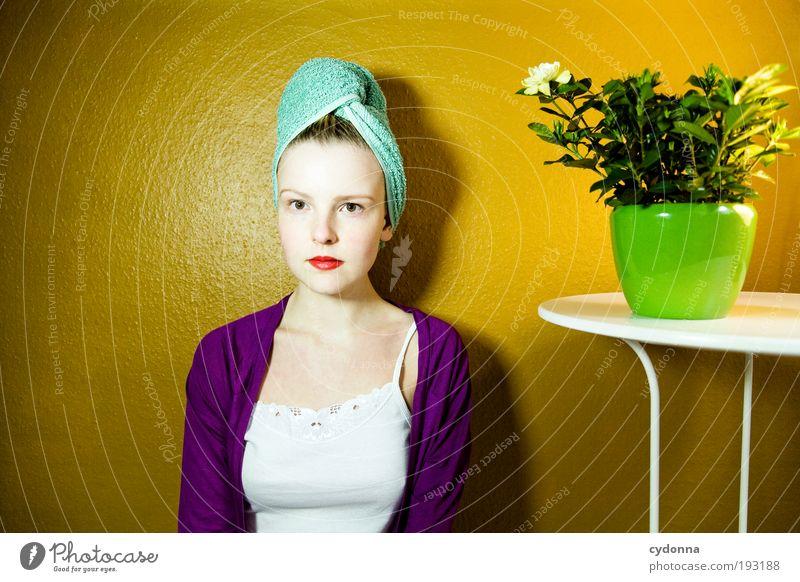 Desperate Housewife Mensch Frau Jugendliche schön Einsamkeit Gesicht Erwachsene Erholung Leben Haare & Frisuren Stil träumen Zeit Innenarchitektur Gesundheit