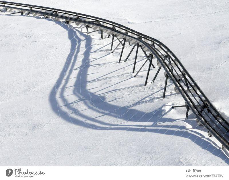 ...und immer schön lächeln! Schnee Schienenverkehr Lächeln lachen Rodelbahn Gleise Mund kalt Winter lustig Glück Rodeln Pfosten Zähne abstrakt Außenaufnahme