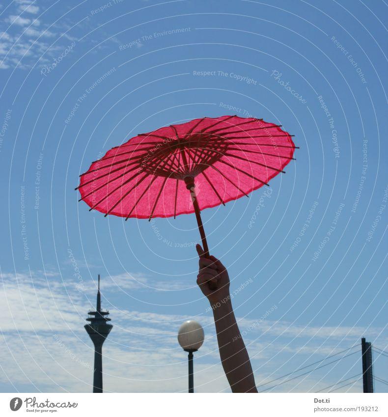Dyusserudorufu Mensch Himmel Stadt Hand Freude Feste & Feiern rosa Arme hoch Turm Brücke Veranstaltung Skyline Wahrzeichen Sonnenschirm Japan
