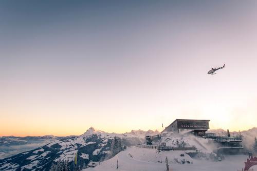 Hahnenkamm Bergstation Himmel Landschaft Winter Berge u. Gebirge Schnee Freiheit fliegen Tourismus Horizont Luftverkehr Güterverkehr & Logistik Skifahren Alpen