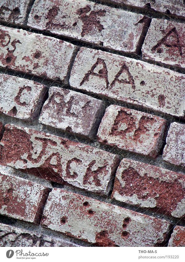 Erinnerungen rot Wand Architektur Stein Mauer Kunst Freundschaft braun Fassade Schriftzeichen Dekoration & Verzierung Romantik Ziffern & Zahlen Kreativität schreiben Zeichen