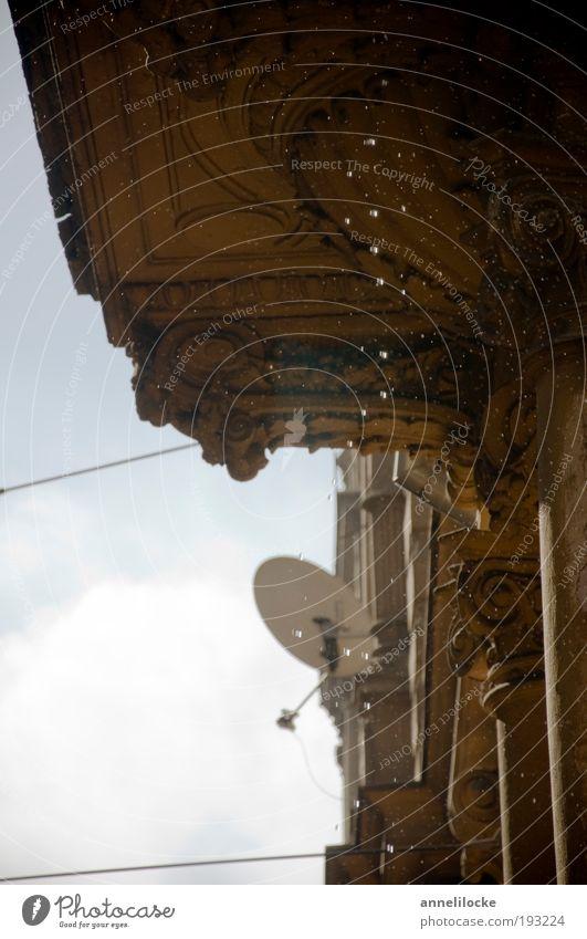 Die Regenrinne tropft alt Himmel Stadt Haus Wand Mauer Gebäude Architektur Wetter Umwelt Wassertropfen Fassade Kabel Wandel & Veränderung