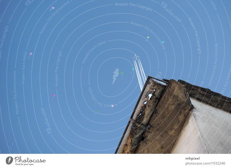 Flugverkehr Ferien & Urlaub & Reisen Luftverkehr Himmel Wolkenloser Himmel Schönes Wetter Dach Dachrinne Flugzeug Luftballon fliegen frei Unendlichkeit blau