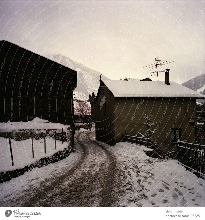 soldeu alt Ferien & Urlaub & Reisen Winter Ferne Berge u. Gebirge Schnee Wege & Pfade Dorf Hütte schlechtes Wetter Haus Mittelformat Einfamilienhaus bevölkert