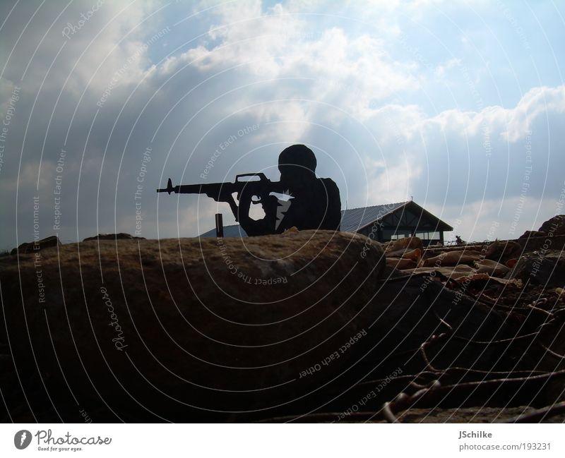 The Gun Men Soldat Mauerschütze Krieger Sniper Gewehr M16 Maschinengewehr Schußwaffen Sturmgewehr Mensch Erwachsene beobachten Aggression bedrohlich historisch
