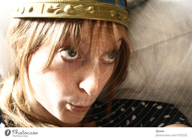 Hey hey Wickie Frau Mensch Jugendliche Gesicht feminin Haare & Frisuren Kopf lustig blond Erwachsene frech Helm Grimasse Porträt Junge Frau Blick nach oben