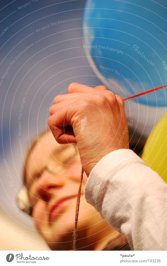 Genieß den Tag! Sommer Mädchen Kopf Gesicht Hand Finger 1 Mensch Brille Luftballon genießen Lächeln Fröhlichkeit Glück Unendlichkeit natürlich Wärme blau gelb