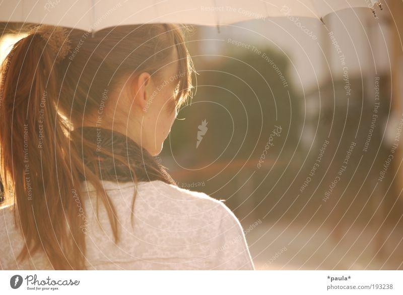 Junge Dame Mensch Jugendliche schön Kopf Haare & Frisuren träumen Stimmung braun Zufriedenheit gold Rücken elegant Ausflug Wunsch beobachten Warmherzigkeit