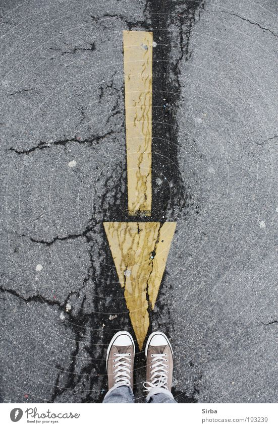Der Weg zu mir Mensch Jugendliche Straße Fuß wandern Beton Ausflug Junge Frau Pfeil Fußgänger Industrieanlage Kleinstadt Schilder & Markierungen