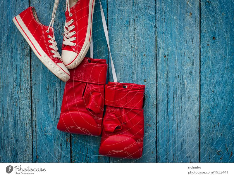 Rote Schuhe und rote Boxhandschuhe, die an einem Seil hängen alt blau Farbe Sport Stil Holz Mode Design dreckig Erfolg Bekleidung Fitness Schutz Ring