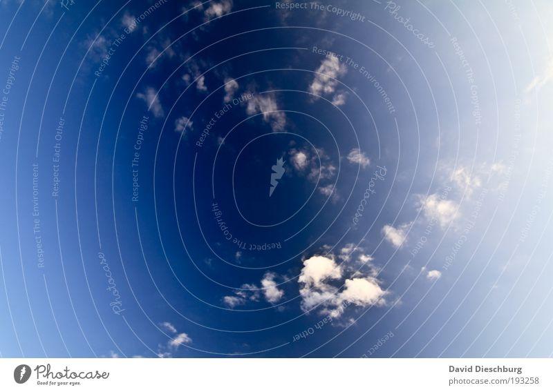 Von da oben kommen die Tropfen her blau weiß schön Wolken Freiheit Luft hell Hintergrundbild frei Schönes Wetter Textfreiraum Blauer Himmel himmelblau hell-blau