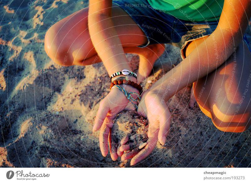 Mensch Natur Hand Sommer Strand Sand Küste Beine Fuß Arme Haut Finger T-Shirt Gesäß berühren Schmuck