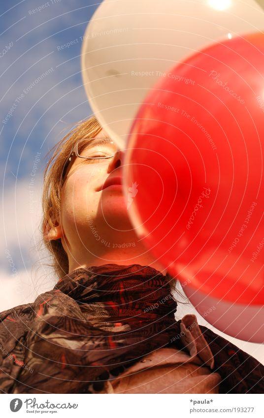 Luftballontraum Mensch Himmel Jugendliche blau weiß rot Mädchen Sommer Gesicht Erholung Kopf Glück träumen Zufriedenheit natürlich frisch