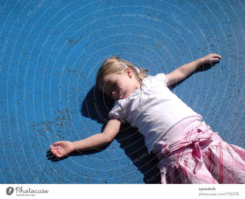 Wann wird's mal wieder richtig Sommer? So ein Sommer wie er ... Mensch Kind Sommer Erholung Spielen träumen Kindheit Zufriedenheit schlafen Wachstum Idylle Schönes Wetter Kleinkind Rock Lebensfreude Kindergarten