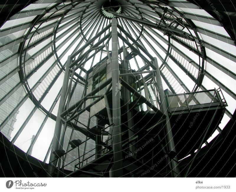 konstrukt Stahl Licht Fahrstuhl Architektur Treppe Stahlträger Glas kegelförmig