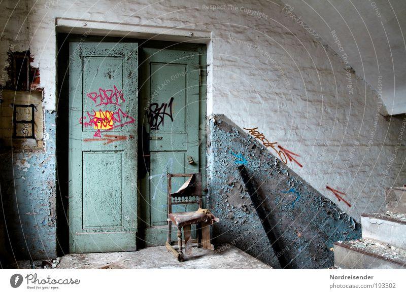 Abgesessen alt dunkel Gefühle Stil Traurigkeit Arbeit & Erwerbstätigkeit Tür elegant Innenarchitektur Lifestyle Industrie Häusliches Leben Dekoration & Verzierung Stuhl Fabrik Zeichen