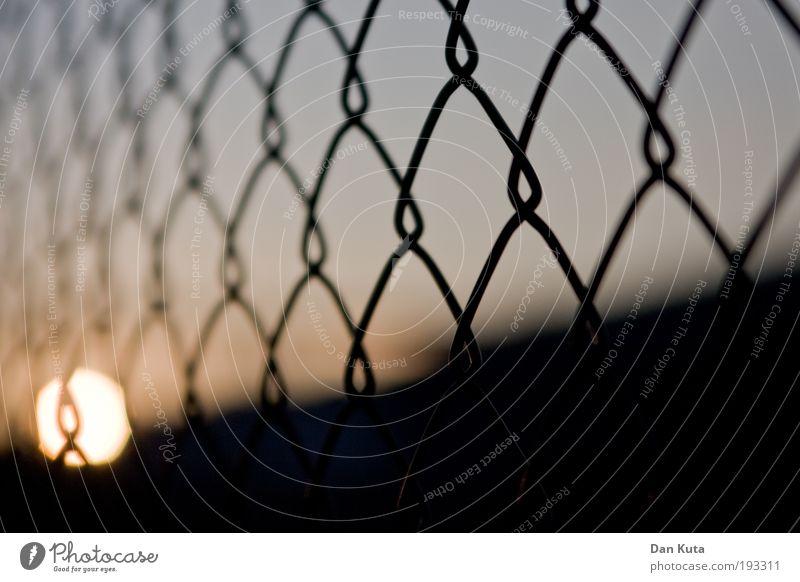 Zaungast Himmel Sonne kalt Freiheit Ball weich Vergänglichkeit gefangen Draht Abenddämmerung Justizvollzugsanstalt Gitter unterwegs Sonnenaufgang Makroaufnahme