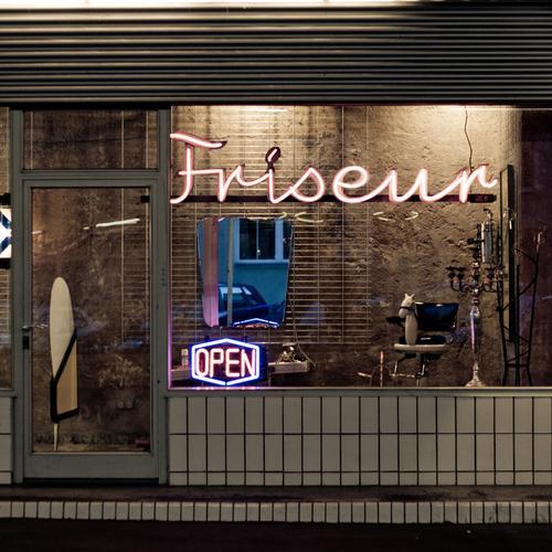 Ich hab die Haare schön Tür Friseur Friseursalon Haare & Frisuren Haarschnitt Haare schneiden Leuchtreklame retro Retro-Farben Fassade Ladengeschäft
