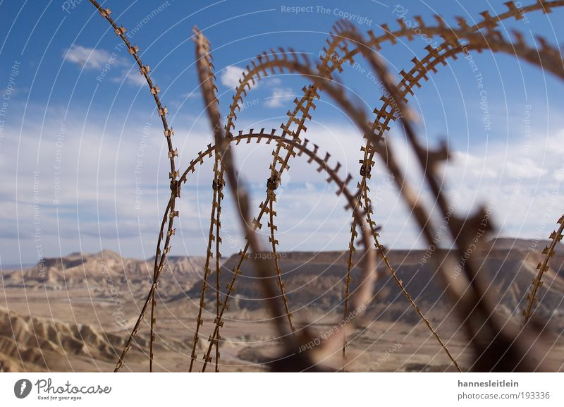 Wüster Draht Himmel alt Ferien & Urlaub & Reisen Wolken Sand verrückt natürlich Wüste Unendlichkeit Schutz Idylle Zaun Konflikt & Streit Wachsamkeit frech anstrengen