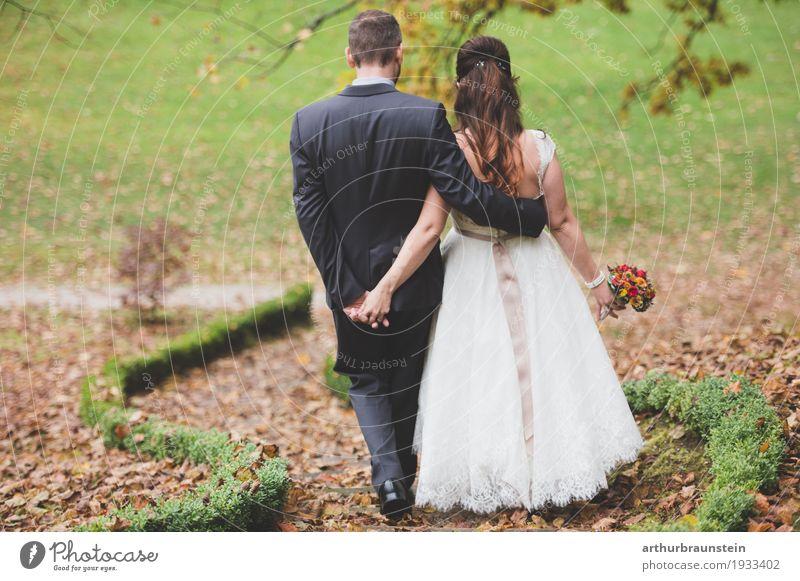 Junges Ehepaar im Herbst am Weg Garten Hochzeit Mensch maskulin feminin Junge Frau Jugendliche Junger Mann Paar Partner Erwachsene Leben 2 30-45 Jahre Natur