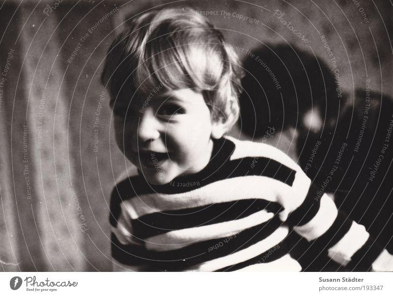 Guck mal! Kind Freude Junge Bewegung Glück blond Fröhlichkeit Lebensfreude Kindheit trashig Freundlichkeit Tapete DDR Pullover Kleinkind brünett