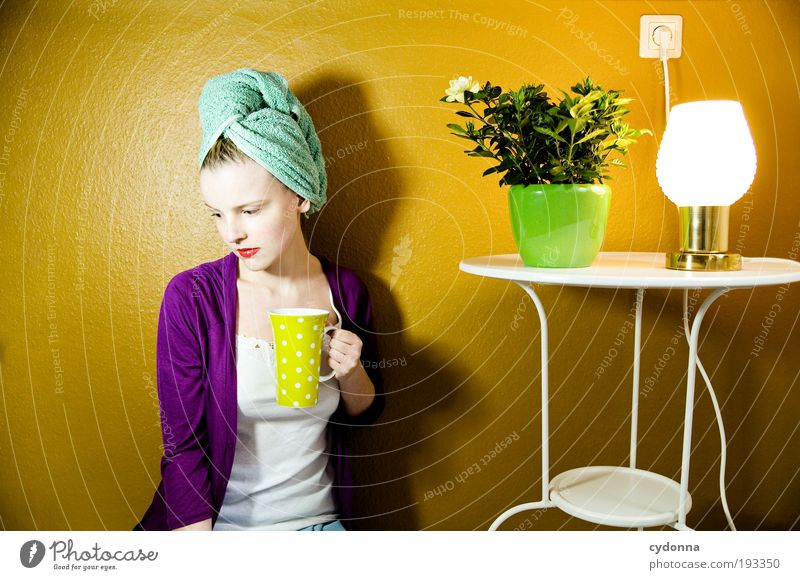 Der Tee wird kalt Mensch Frau Jugendliche schön Einsamkeit Erwachsene Leben Haare & Frisuren Stil Lampe Zeit Innenarchitektur Raum Wohnung elegant Design