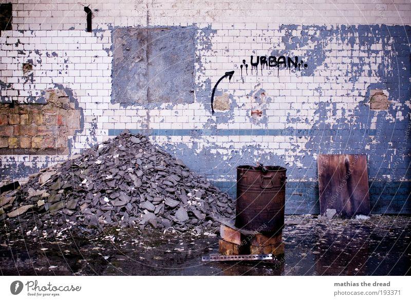 URBAN Menschenleer Industrieanlage Fabrik Ruine Bauwerk Gebäude Mauer Wand Fassade Zeichen Schriftzeichen Graffiti alt außergewöhnlich bedrohlich dreckig dunkel