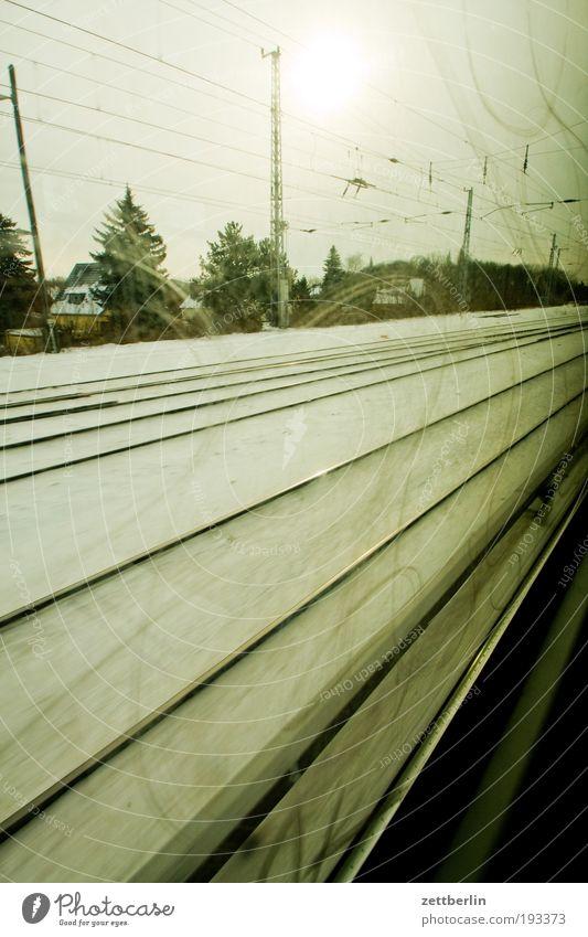 Bahn Himmel Sonne Winter Ferien & Urlaub & Reisen Schnee Berlin Fenster Traurigkeit Eisenbahn Geschwindigkeit trist Reisefotografie Gleise Wolken unterwegs