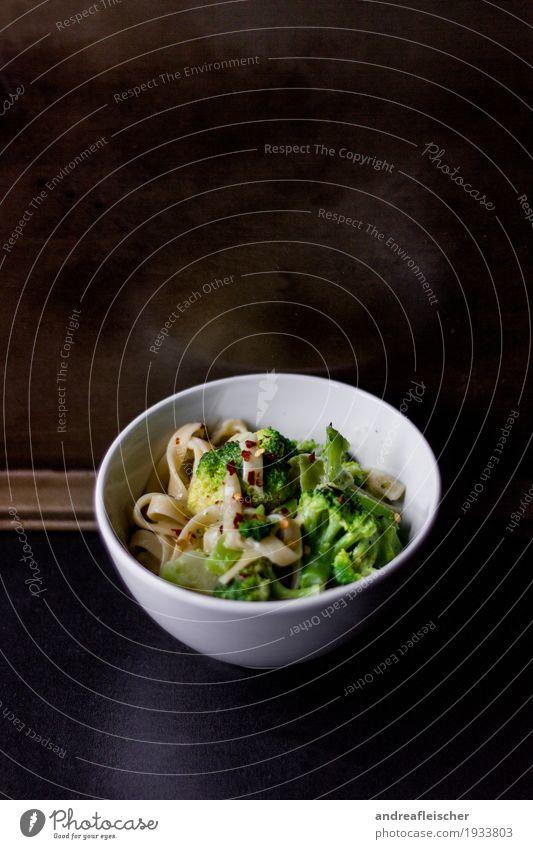 Pasta mit Brokkoli grün Gesunde Ernährung Foodfotografie Gesundheit Holz Lebensmittel Metall frisch genießen lecker Gemüse Wohlgefühl Bioprodukte Geschirr