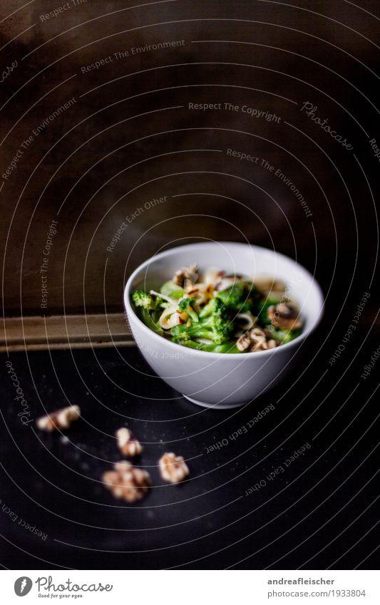 Nudeln mit Brokkoli und Walnüssen Lebensmittel Gemüse Salat Salatbeilage Teigwaren Backwaren Walnuss Ernährung Mittagessen Abendessen Vegetarische Ernährung