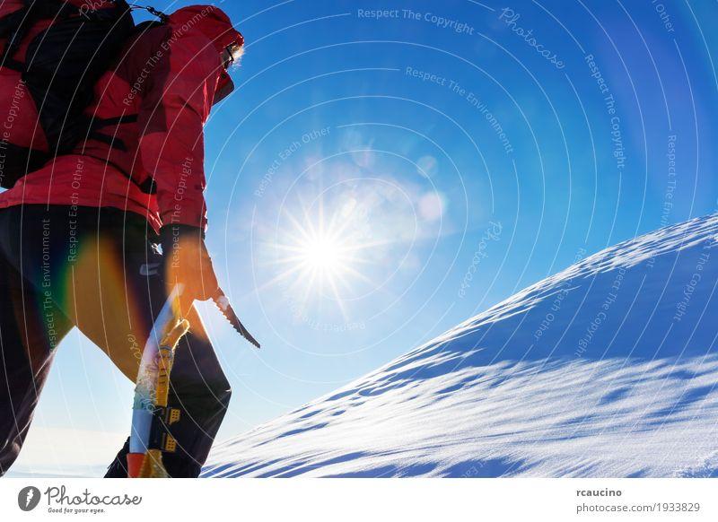 Extreme Wintersportarten Mensch Natur Ferien & Urlaub & Reisen Mann Farbe Landschaft rot Einsamkeit Berge u. Gebirge Erwachsene Schnee Sport Textfreiraum