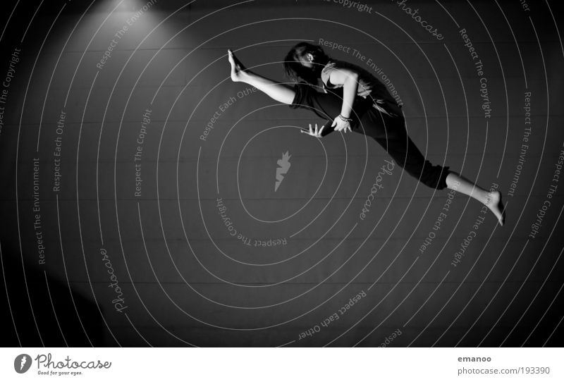 giant leap Mensch Kind Jugendliche Freude Sport feminin springen Freiheit Beine Körper fliegen Erfolg Lifestyle ästhetisch Coolness