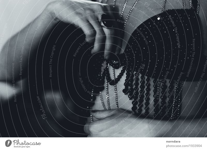 mädchenhafte Vintage Schätze schön Erotik feminin Stil Mode Design Frauenbrust elegant retro kaufen exotisch Reichtum Schmuck Ring Brust bizarr