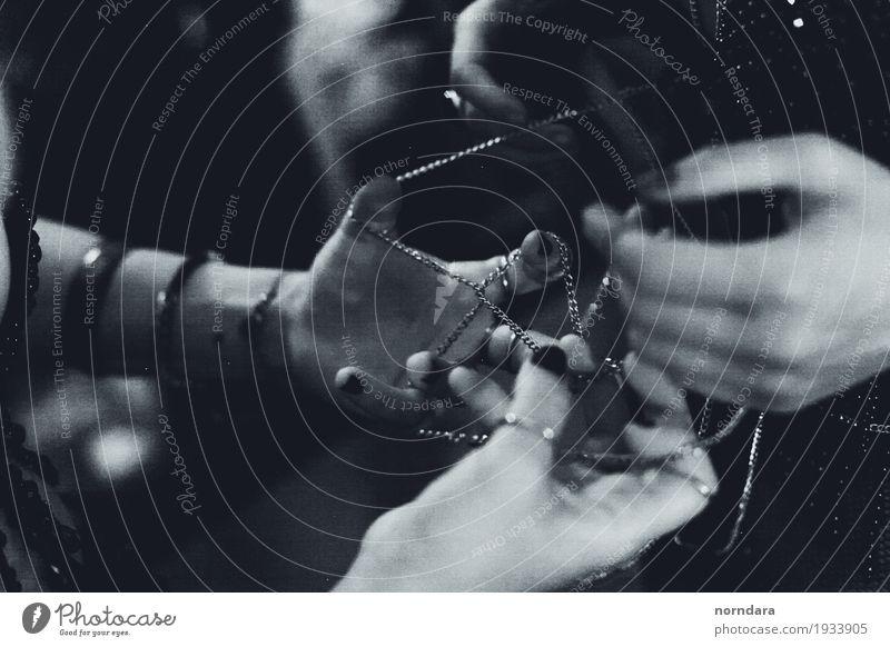 Hände Lifestyle kaufen Reichtum elegant Stil Design Maniküre feminin Arme Hand Finger Mode Accessoire Schmuck Ring Armband trendy Schwarzweißfoto Außenaufnahme