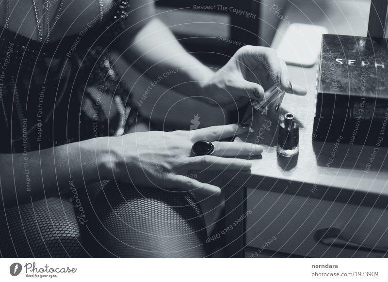 deine Finger Reichtum elegant Stil schön Maniküre Nagellack feminin Accessoire Schmuck Ring ästhetisch Erotik retro altehrwürdig Glamour Schwarzweißfoto