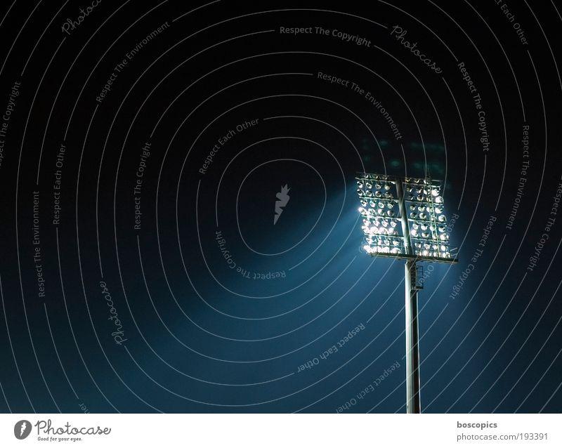 Flutlicht blau weiß schwarz Stimmung Technik & Technologie Sportveranstaltung Begeisterung Stadion Fußballplatz Flutlicht Licht Nacht Textfreiraum links Beleuchtungselement Sportstätten
